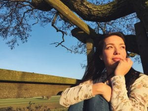 junge Frau schaut Richtung Sonne